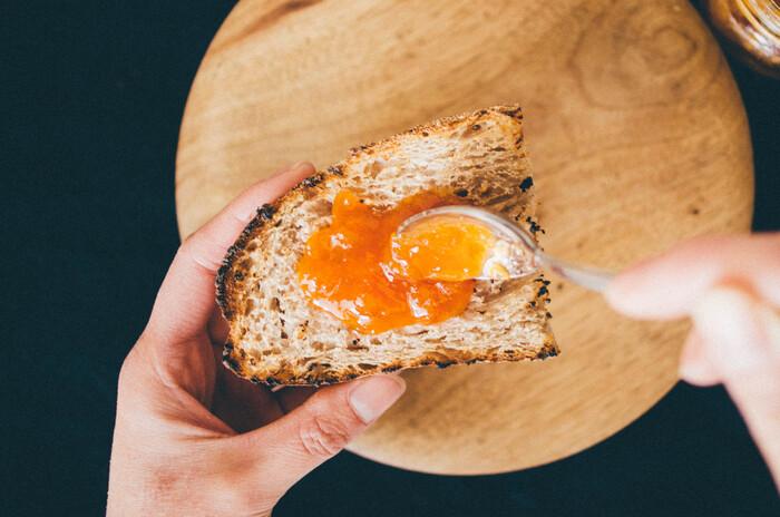 長野県千曲市は杏子の生産量日本一。長年にわたって杏子の栽培が培われてきました。保存料や着色料を使わず、完熟の国産杏子だけを使った甘酸っぱい味わいが魅力です。食パンはもちろんハード系のパンにも合いそう。