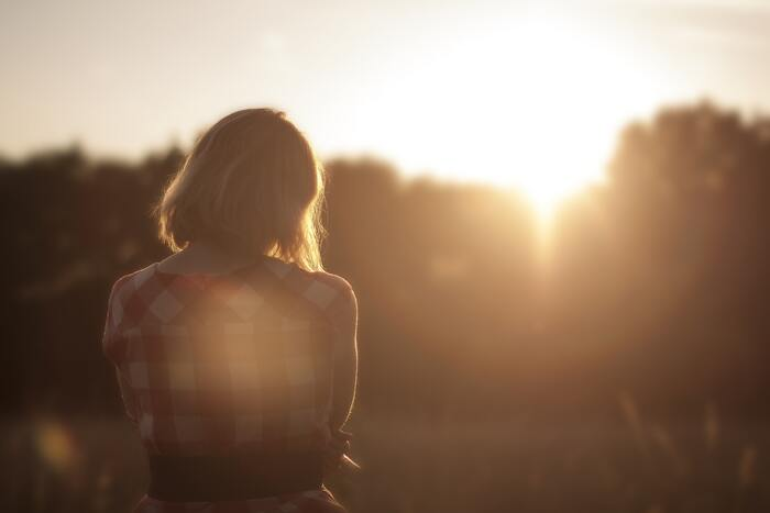まずは自分のなかにある「寂しい」という気持ちを認め、自分で自分をギュッと抱きしめてあげてください。両手の指先からじんわりと伝わってくる温かく包まれる感覚は、なんとも言えない安心感を与えてくれます。