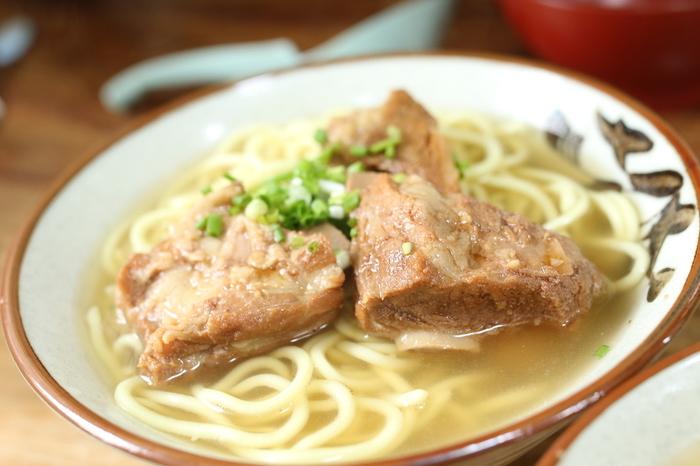 お腹が空いたら、川平湾を一望できる川平公園の老舗食堂「川平公園茶屋」へ行ってみましょう。画像は人気メニューの<ソーキそば>。あっさりしつつ出汁の効いたスープに食べ応えのあるラフテー、コシのある麺が特徴です。