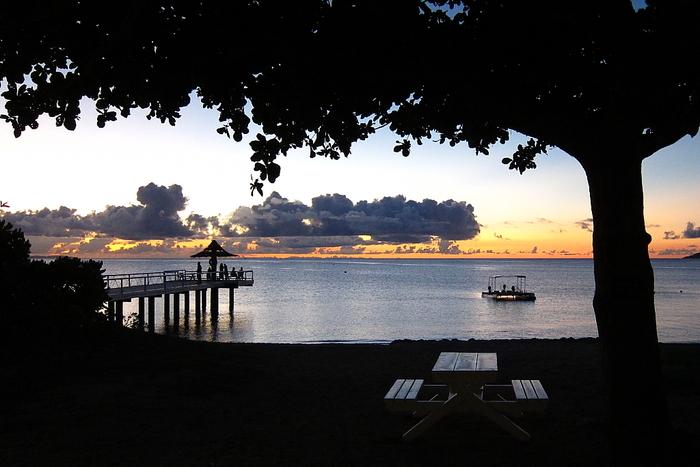 絶景ポイントとしてもう一つおすすめしたいのが「フサキビーチ」。川平湾から車で20分ほど、ホテル「フサキビーチリゾートホテル&ヴィラズ」内のビーチです。石垣島の西側に位置するため夕日の絶景スポットとして有名です。美しいビーチは宿泊客以外にも解放されており、桟橋の先がオレンジに染まっていく絵葉書のような景色を眺めに、多くの人が訪れます。