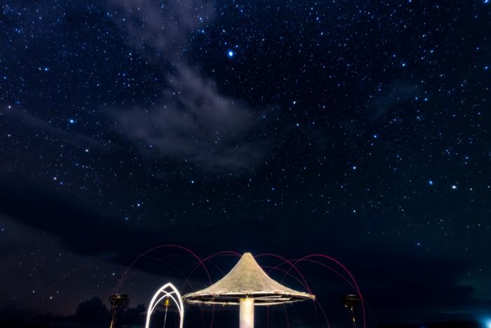 夕日が沈んでも、もう少しだけビーチに残ってみてください。実は、日本の中では南半球に近く大気が安定している石垣島は、星空観察のメッカでもあります。空気が澄んでいて星がきれいに見え、観測できる星の数が多いことが特徴です。7月から10中旬までは、天の川を見ることができるそうですよ。フサキビーチで美しい夕日と満点の星空を眺めてから、夕食に出かけてみてはいかがでしょう。