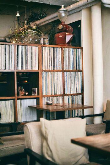 シックで落ち着いた雰囲気のインテリアに、店内にはレコードのBGMが流れる「ミンガスコーヒー」。隠れ家のように佇むカフェは、おひとりさまでも居心地のいい雰囲気です。