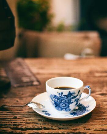 店内にも香るコーヒーは、大人の落ち着いた上質な時間を作り出してくれます。雨も似合う、時間がある日にゆっくりと訪れたいカフェです。