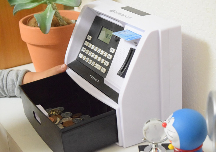 大人だけでなく、親子一緒に貯金をしたり、プレゼントで子どもに貯金箱を買ってあげる際におすすめの貯金箱がこちら。「しゃべる!ATM型貯金箱 マイATMバンク」。なんと、本物のATMのように入金や引き出しができる優れもの。