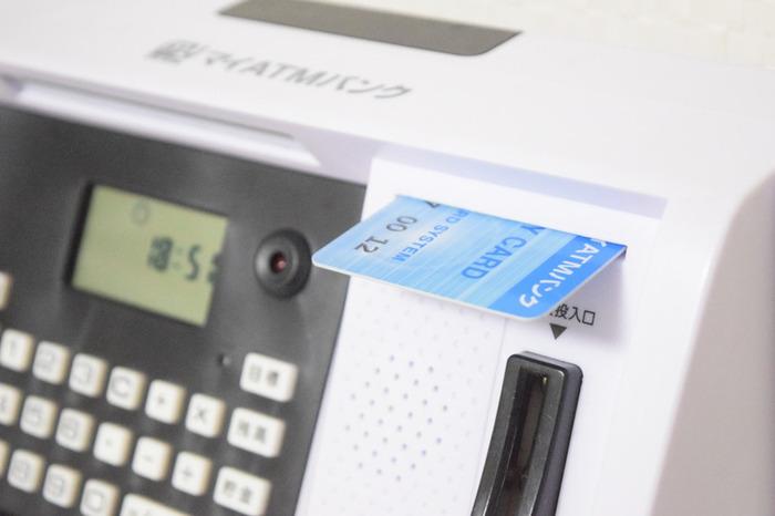 しかも本物のATMみたいに音声でしゃべるだけでなく、セキュリティ機能もついており、紙幣の自動挿入機能や、硬貨自動判別機能に、目標貯金額設定まで…まるでお家にATMがあるみたい。暗証番号とカードも使えるので、ATMの練習にも良いかも。こんな高機能の貯金箱は、大人も専用に欲しくなっちゃいそう。