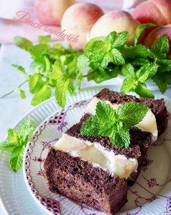 チョコレートのパンを使うと、生クリームとフルーツが際立って、とても美味しそうに見えます。いつもとはちょっぴり違うフルーツサンドが食べたいときにおすすめです。