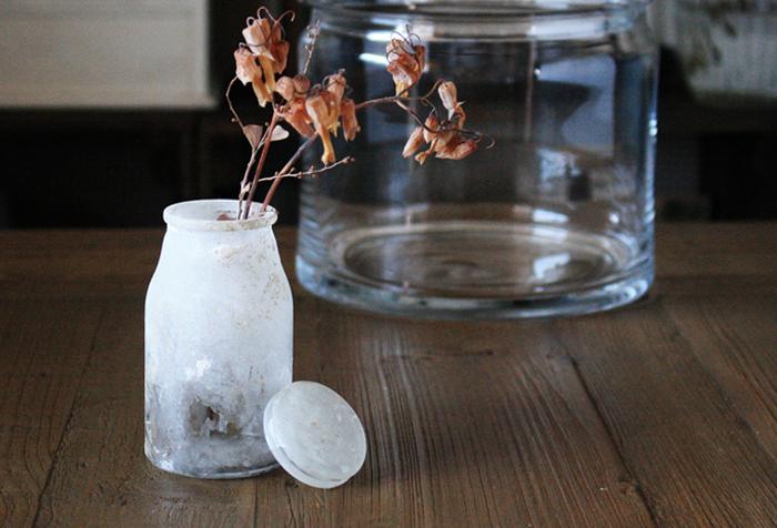 透明のままだと中身が丸見えで、インテリアには使えないガラス瓶での貯金。しかしガラス瓶をリメイクすれば、中に硬貨を貯めて、そのままお部屋に置いて絵になりそう。