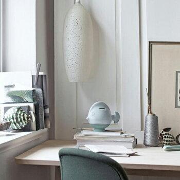 カラバリも豊富で、ローズ、グレーブルー、イエロー、ミント、ホワイト、ダークグリーンがありどれも、やさしい風合いが魅力的。高さ約150mmの小さくオシャレな貯金箱は、玄関、リビング、書斎、どこに置いてもさりげない存在感があります。