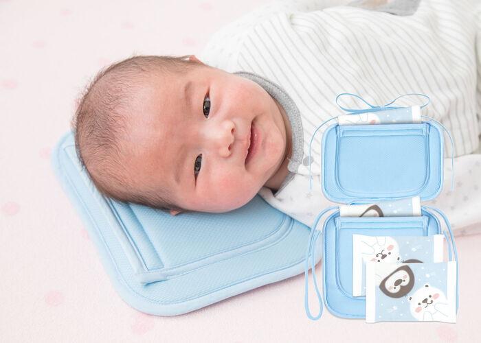 こちらは赤ちゃん用のアイス枕です。保冷剤ポケットの付いたシートが2つ、別々でもつないでも使えるデザイン。ベビーカーに敷けば、暑い日のお出かけでも常にクールな環境をサポートしてくれます。ベビーカーのほか、チャイルドシートや抱っこ紐、まくらにも使えて便利♪