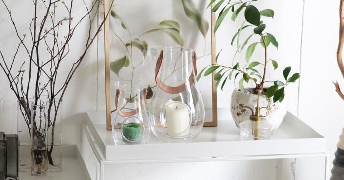 こちらのクリアガラスにレザーハンドルのついたアイテムは、ホルムガードのランタンです。キャンドルに火を入れたシーンはもちろん美しいのですが、昼間のうちに何もつけずにただ、そこに置いておくだけでも、絵になります。
