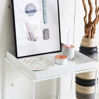 飾り棚などがないリビングでは小さなトレイテーブルが大活躍!HAYのミニマルなデザインのトレイテーブルなら、細々したものを見せる収納として飾ったり、キャンドルや額など他のものとは違うエリアを確保したいときにもおすすめです。