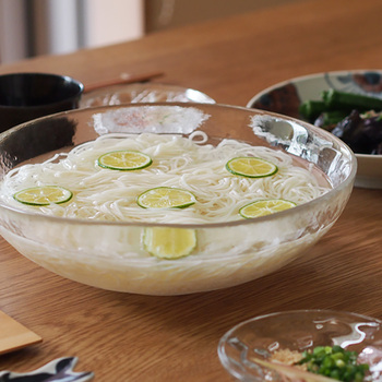 大きめのガラスの器に水と氷を入れた王道スタイル。この盛り付け方の魅力は、なんといっても涼しげに見えるところ。常に冷たい状態で食べられるので、箸も進みますよ。