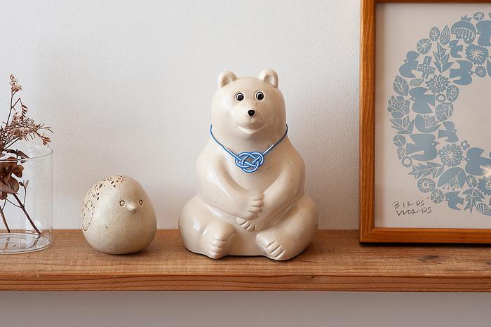 2019年は、日本とフィンランドが外交樹立100周年を迎える記念の年です。そこで、フィンランドブルーの水引付きの特別の貯金箱が数量限定で販売されています。