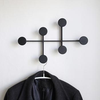 黒い丸が連なったキュートなコートハンガーです。シンプルなフォルムながら、お部屋の素敵なアクセントになりますね。