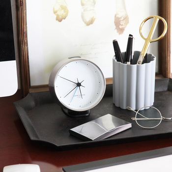 ミニマルなデザインのこちらの時計は、ジョージジェンセンのものです。ドットで表現された文字盤は読みやすさと、美しさのどちらも兼ね備えています。