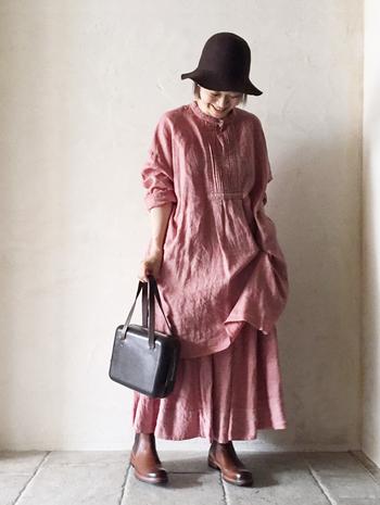 大人っぽく見せたいからとダークトーンばかり着ていては勿体ない。明るい色味でもナチュラルテイストのお洋服ならこんなに大人かわいい!合わせるアイテム次第でぐっとカッコよくもなりますよね。色物が苦手でも、リネンなど素材から挑戦しやすいものを選んでみて。
