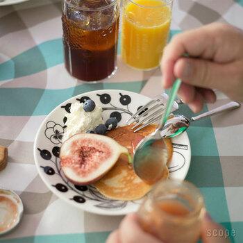 瓶の口にぎりぎり入る?と思うほどのボリュームのあるジャムスプーンは、デンマーク王室でも使われる「カイ ボイスン」のもの。とろりとしたジャムをたっぷりすくってパンにかけて食べられる。