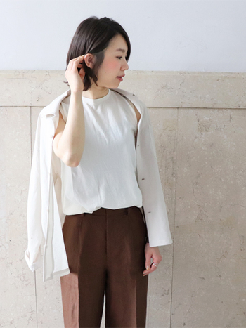 白Tは、カーディガンやパーカーをはじめ、シャツワンピースなどどんな羽織りとも相性が良いのが魅力。色々な組み合わせを試して楽しんでみてください。