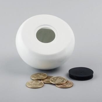 豚まんらしい、W9.5×D9.5×H7.3cmの小ぶりのサイズながら、500円玉貯金で、60000円くらい入るのも◎。置き場所を工夫すれば、旦那さんに内緒でへそくりを貯めるアイテムとして重宝するかも。
