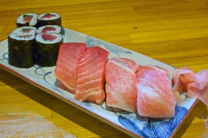 こちらは看板メニューの<まぐろの寿司セット>。脂の乗ったまぐろが口の中でとろける幸せなお味です。その他<石垣牛寿司>や<ジーマミー豆腐>など、地元の食材を中心に作った沖縄らしい料理もいただけます。
