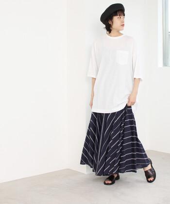 ネイビー系のストライプ柄スカートに白Tを合わせたこちらのコーデ。落ち着いた色合いですが、小物使いで地味すぎずうまくまとまっています。
