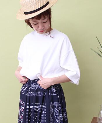 無地の白Tシャツは、柄スカートと合わせるとトップスがシンプルな分、スカートの柄が引き立ちより可愛く見えますよ。