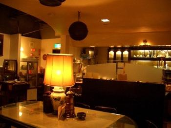 大通公園の近くにある「喫茶ロア」。こだわりのインテリアの中で、深いコクのあるコーヒーを堪能できるお店です。