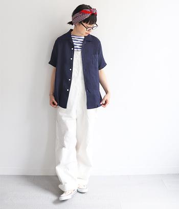 ネイビーのリネンシャツはインナーをどう合わせるかで、随分と印象が異なります。ボーダーTシャツと合わせれば、マリン系の装いに早変わり。白いパンツとも相性抜群なので爽やかに仕上げてくれます。