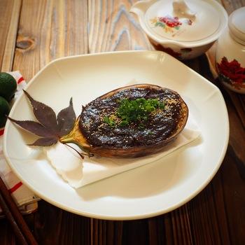 ごはんのおかずとしても、お酒のお供としても美味しい米茄子の味噌田楽。味噌のコクのある甘みがクセになります。茄子を柔らかくなるまでじっくり揚げるのがポイントです。
