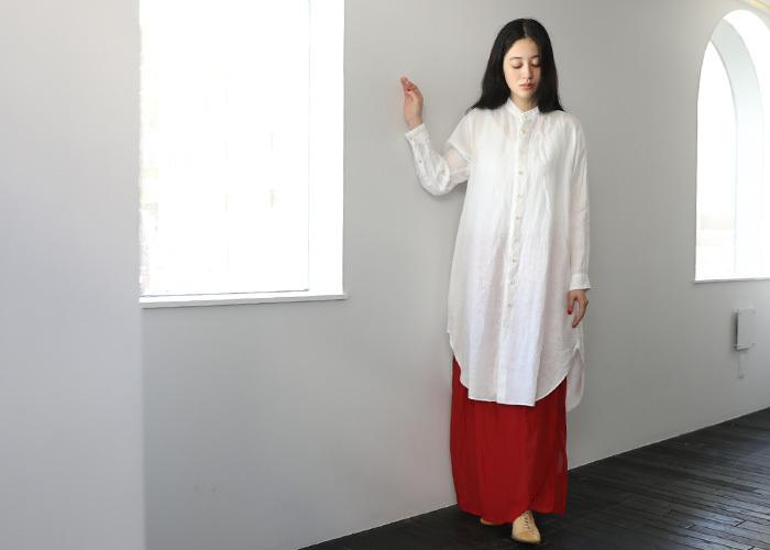 ホワイトのリネンシャツは主張が少ないので、ビビットな個性派カラーやボリューミーなボトムスとの相性も抜群。どんなボトムスでも組み合わせは自由自在。