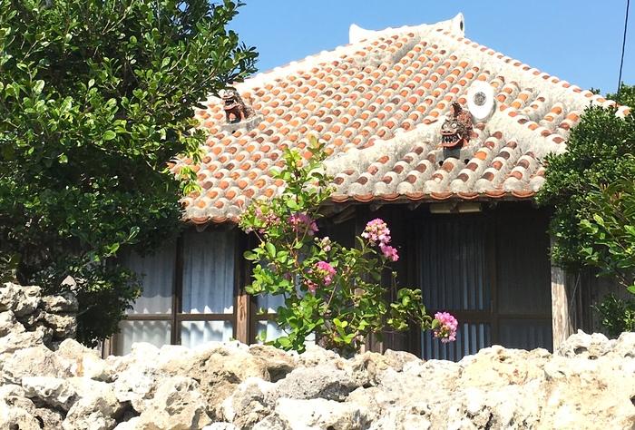 *筆者撮影 八重山諸島の中でも、石垣島から高速船で10分ほどで到着する小さな島「竹富島」は、気軽に訪れることのできる人気スポットです。竹富島の見所は、国の重要伝統保存地区でもある、サンゴの石垣や赤い屋根瓦の伝統的な町並み。時が止まったかのような、沖縄の原風景に触れることができます。