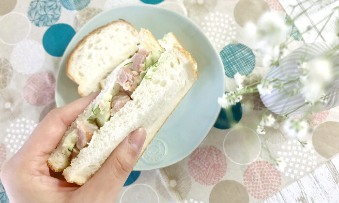 炒めたスパムときゅうり、じゃがいもで作るじゃがいものサラダをサンドイッチに。スパムの塩気でサラダにコクが出て、サラダだけでも美味しくいただけそう。サンドイッチだと物足りないという子どもでも、ボリューム満点のじゃがいもサラダサンドなら、満足してくれそう。