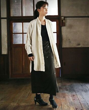 キナリ色のリネンシャツは、ブラックと組み合わせると大人MIXコーデが完成。ナチュラルだけど、どこか大人の女性らしい雰囲気が漂います。