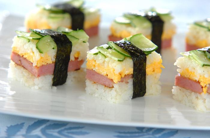 押し型を使って作る「ポークランチョンミートの押し寿司」。スパム、卵焼き、きゅうりの彩りも華やかで、一口サイズの押し寿司は食べやすく、分けやすいので、ちょっとしたお祝いの席にも使えそう。