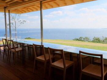 日本を代表する建築家・隈研吾氏が設計したことでも有名で、高台のカフェからは熱海の海が一望でき開放感抜群です。