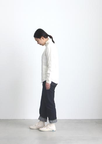 定番デザインのリネンシャツは定番のデニムに合わせても、美しく整ったコーデになります。シンプルに白いスニーカーに合わせても魅力アップですね。