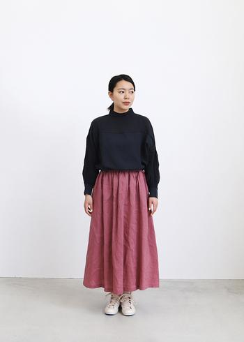 くったりとしたラインが心地よい、リネンシャツにふわっとしたスカートを合わせたナチュラルコーデ。ブラックを合わせることで、スカートも甘くなり過ぎず大人っぽくなり、バランスが取りやすいです。