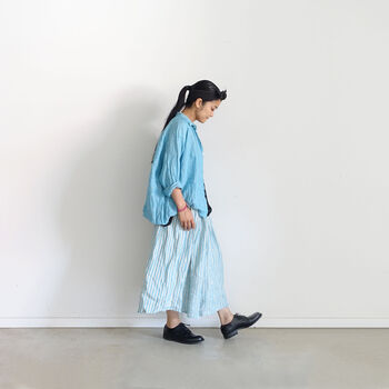 リラックス感があるワイドシルエットのリネンシャツと、ワイドパンツのセットアップ。合わせやすいシャツはラフにワンピースに羽織ってもGood。カラーリネン×ストライプリネンのミックスコーデもおすすめです。