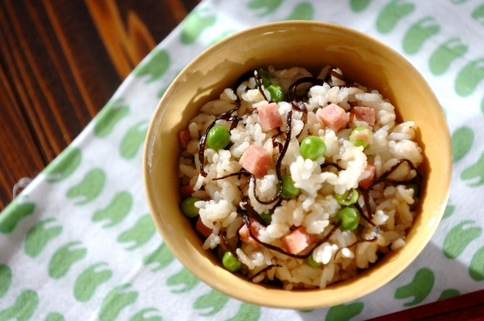 ポークランチョンミートと塩昆布、そしてかために塩ゆでしたグリーンピースを炊きたてご飯に混ぜるだけ。味もちょうど良く、見た目もカラフルで食欲をそそる混ぜご飯を、簡単に作ることができ、お弁当にも良さそう。