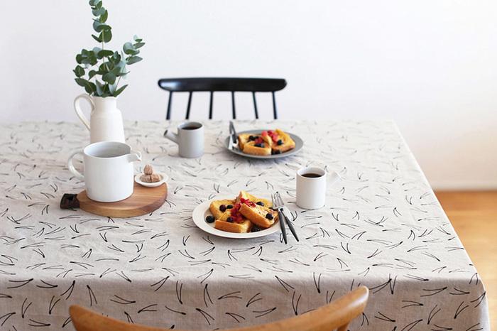 テーブルクロスにも北欧のテキスタイルがおすすめです。リビングの印象がグッと変わり、落ち着いた雰囲気にしてくれます。汚れてしまっても自宅で洗濯可能なのが嬉しいですね。
