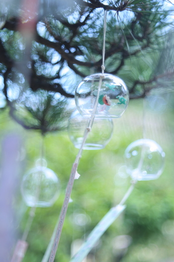 物理的にだけでなく、感覚的に涼しさを感じることも夏を快適に過ごすためのコツ。風鈴は、夏の風の存在を感じさせ、心に涼をもたらしてくれます。