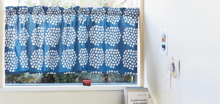 小ぶりなデザインのテキスタイルは、小さめな窓に取り入れてみましょう。眺めているだけで、ほっこりと心が和みます。