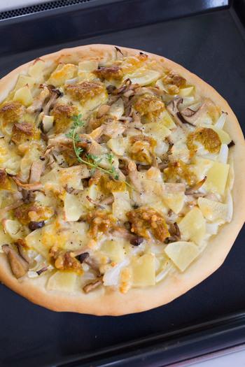 こちらは豆乳のホワイトソースをベースにしたピザ。お子さんも大好きなカレー味のツナをトッピングしています。ホームパーティーに合いそうですね♪