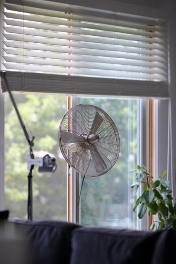 夏の日差しが厳しくない日は、扇風機を使うのもおすすめです。まわりの空気を含んだやわらかい風が肌に心地よく当たります。もちろん、暑くて熱中症になっては本末転倒なので、気温や体調に合わせてエアコンと使い分けしましょう。