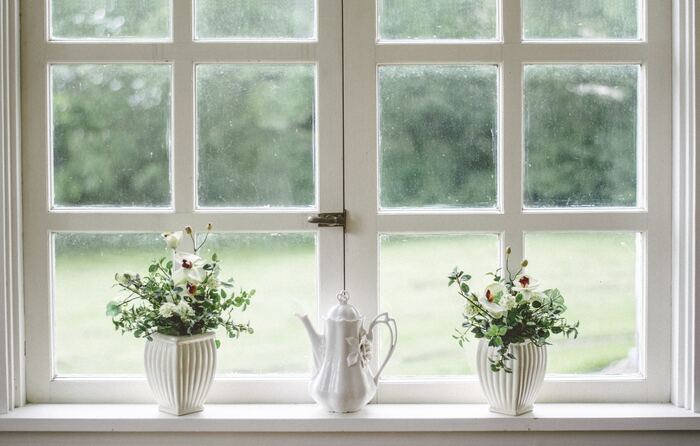 窓辺に濡らしたタオルをぶら下げておけば、外から家の中に入ってくる風が冷やされて心地よい風に変わります。また、網戸の掃除をきちんとしておくだけでも風通しが違います。