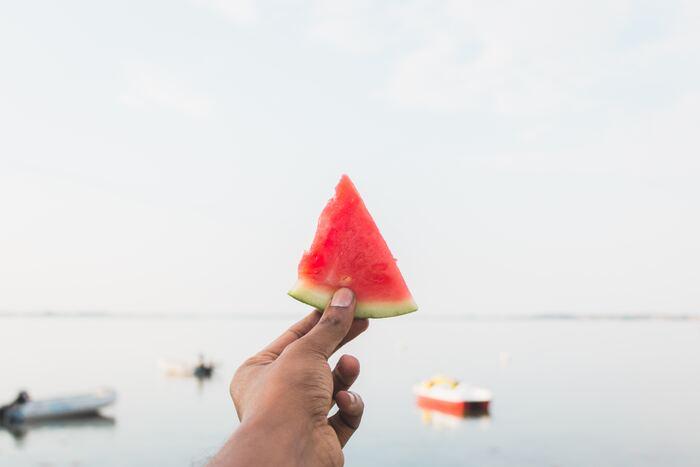お子様も大好きなスイカは、カロリーが低く水分が豊富です。ほどよい甘みでぱくぱく食べられるので、夏バテ気味の方にもおすすめですよ。