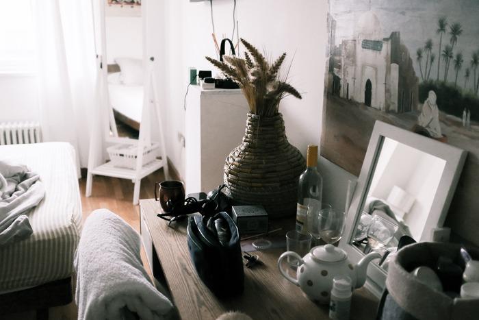 いろいろな物があたりにあふれ、雑然としていて、必要なものもすぐには見つからない。そんなお部屋の状態は、今のあなたの心の中がそのまま反映されている可能性があります。気持ちに余裕がなく、悩みや心配、これからのスケジュールで頭が一杯になっていたら、お部屋の整理整頓になど手がつけられないのも当然です。