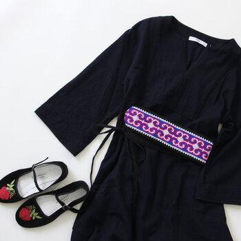 ブラックやネイビーのワンピースには、手織りで刺繍を施しているベルトがおすすめ。いつものスタイルにオリエンタルテイストをプラスしてくれますよ。