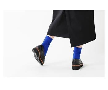 いつもの服装も鮮やかなカラー靴下で、遊び心&アクセントを取り入れましょう。「おしゃれは足元から」と言われるように、足元にアクセントをプラスすると、おしゃれ度もぐんとアップし、おすすめですよ。