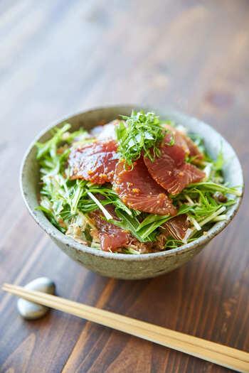 かつおを漬けにしてたっぷりとのせたボリューム満点ののっけごはんです。水菜は短めにカットすると、かつおと絡めて食べやすくなります。